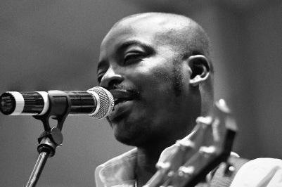 Freddie Kofi performing